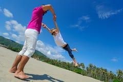 Счастливый отец закручивает в круг его прелестного мальчика Солнечное tropi Стоковое Изображение RF