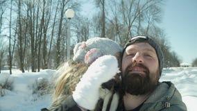 Счастливый отец и дочь идя в парк сток-видео