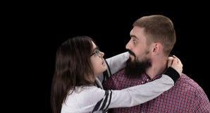 Счастливый отец и дочь обнимая на черной предпосылке стоковое изображение rf