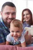 Счастливый отец и мать имея потеху с малой дочерью Стоковое фото RF