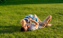 Счастливый отец и сын имея потеху внешнюю на луге стоковое изображение