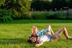 Счастливый отец и сын имея потеху внешнюю на луге стоковое изображение rf