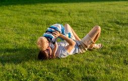 Счастливый отец и сын имея потеху внешнюю на луге стоковая фотография rf