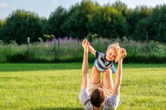 Счастливый отец и сын имея потеху внешнюю на луге стоковое фото rf