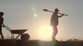Счастливый отец и сын семьи жать в поле на заходе солнца сток-видео