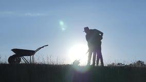 Счастливый отец и сын семьи жать в поле на заходе солнца акции видеоматериалы