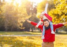 Счастливый отец семьи и дочь ребенка играя и смеясь над I Стоковые Фотографии RF