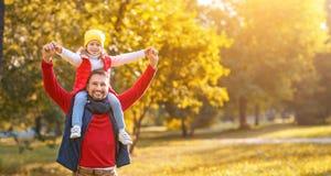 Счастливый отец семьи и дочь ребенка играя и смеясь над I Стоковое Изображение