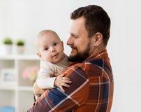 Счастливый отец с маленьким ребёнком дома стоковая фотография rf