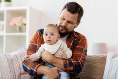 Счастливый отец с маленьким ребёнком дома стоковое фото rf