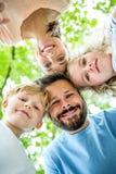 Счастливый отец с семьей стоковое изображение