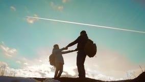 Счастливый папа семьи с концепцией силуэта туристов сыгранности дочери r папа и дочь с рюкзаками видеоматериал