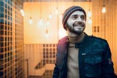 Счастливый парень битника на фоне ламп Стоковое Изображение RF