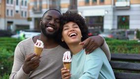 Счастливый парень и подруга смеясь над на стенде, романтичной дате с мороженым видеоматериал