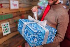 Счастливый парень раскрывает его подарочную коробку Атмосфера рождества indoors стоковая фотография rf