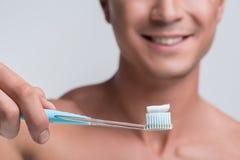 Счастливый парень стоит с зубоврачебным инструментом Стоковая Фотография
