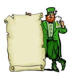 счастливый плакат дня patricks st Характер лепрекона держа традиционную холодную зеленую кружку пива и старая бумага перечисляют  иллюстрация штока