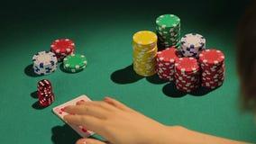 Счастливый победитель показывая руку покера при гордость, принимая банк в рискованой карточной игре видеоматериал