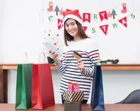 Счастливый подарок рождества покупки кредитной карточки пользы женщины Азии с чернью стоковые изображения