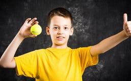 Счастливый подросток держа теннисный мяч Стоковые Фото