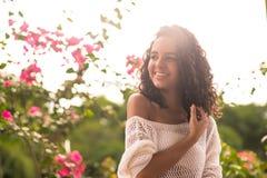 Счастливый подросток касаясь ее волосам стоковая фотография