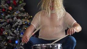Счастливый пожилой человек с серыми бородами принимает медицину и выпивает планшеты с водой на предпосылке рождественской елки в  видеоматериал