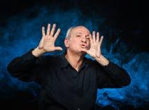 Счастливый пожилой gesturing человека Стоковая Фотография