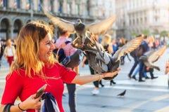 Счастливый пока подающ голуби на Duomo стоковое фото