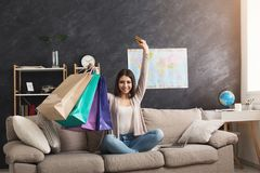 Счастливый покупать женщины онлайн с компьтер-книжкой и кредитной карточкой Стоковое фото RF