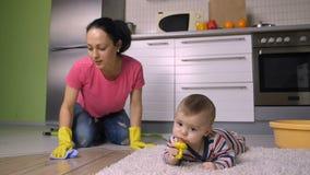 Счастливый пол матери и домохозяйки scubbing на коленях сток-видео