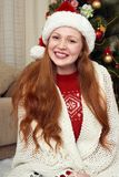 Счастливый портрет девушки redhead в украшении рождества Интерьер дома с елью и подарками Concep кануна Нового Годаа и зимнего от Стоковое фото RF