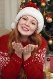 Счастливый портрет девушки redhead в украшении рождества Интерьер дома с елью и подарками Concep кануна Нового Годаа и зимнего от Стоковое Изображение RF