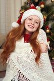 Счастливый портрет девушки redhead в украшении рождества Интерьер дома с елью и подарками Concep кануна Нового Годаа и зимнего от Стоковая Фотография