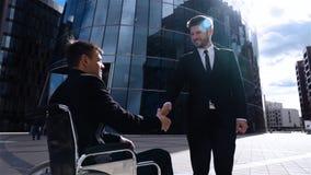 Счастливый предприниматель тряся руки с неработающим бизнесменом внешним акции видеоматериалы