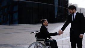 Счастливый предприниматель тряся руки с неработающим работником видеоматериал