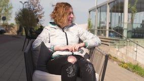 Счастливый путешественник есть сладкий десерт в ресторане - волнистые каштановые волосы торта, свет белой кавказской женской женщ сток-видео