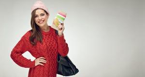 Счастливый путешественник женщины держа билет с документом стоковые фото