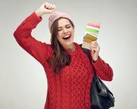Счастливый путешественник женщины держа билет с документом стоковая фотография