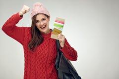 Счастливый путешественник женщины держа билет с документом стоковые изображения rf