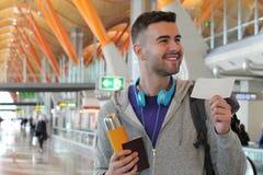 Счастливый путешественник около, который нужно взойти на борт стоковые фотографии rf