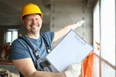 Счастливый работник в защитном шлеме стоковое изображение rf