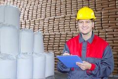 Счастливый работник в пакгаузе Стоковое фото RF