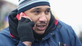 Счастливый работник физического труда говоря над телефоном outdoors, мужской мигрирующий вызывая дом видеоматериал