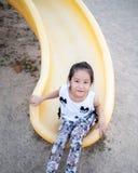 Счастливый ребенк, азиатский ребенок младенца играя на спортивной площадке Стоковое Изображение RF