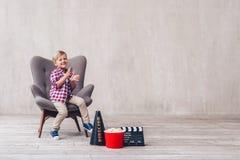 Счастливый ребенк в кино стоковые фото