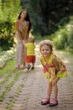 Счастливый ребенк имея потеху Счастливая прогулка девушки дочери с матерью и братом Стоковые Изображения