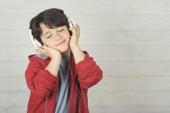 Счастливый ребенок в наушниках стоковое изображение rf