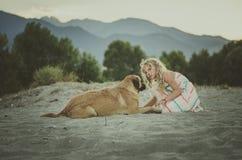 Счастливый ребенок говоря к собаке стоковое фото