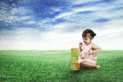 Счастливый ребенок играя кубики стоковое фото rf