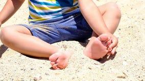 Счастливый ребенок играя с песком на пляже летом Дети играя в песках Эта работа хороша для сензорного акции видеоматериалы